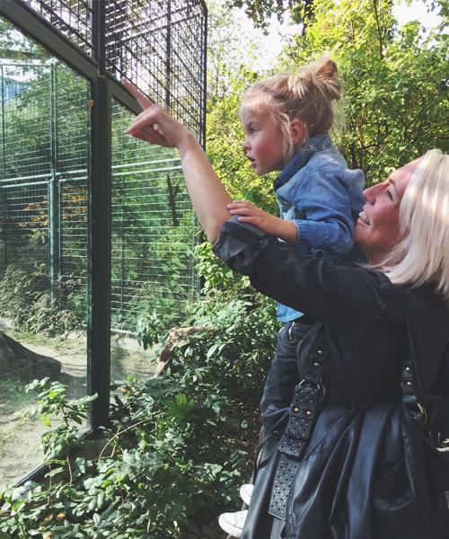 Mutter und Tochter im Berliner Zoo