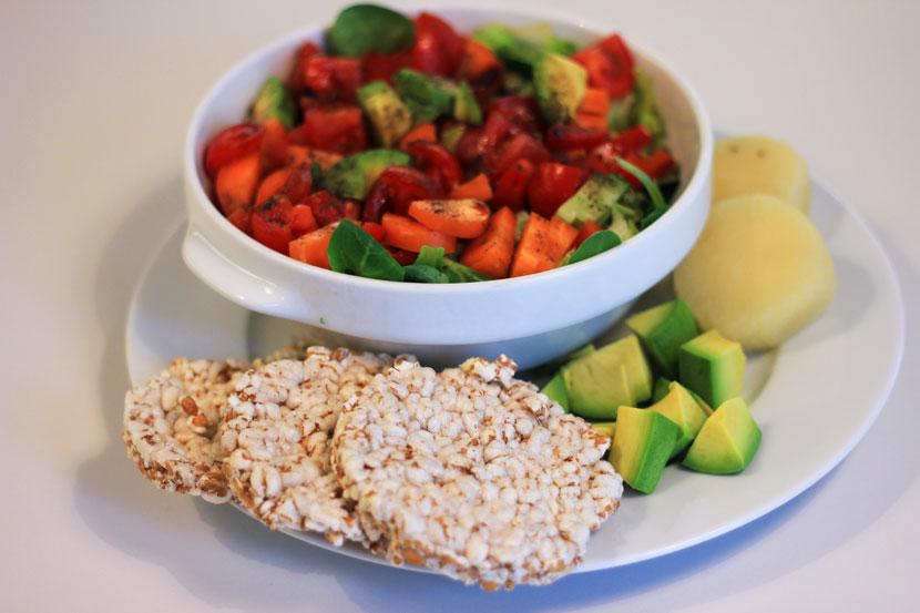 Clean Eating Salat mit Reiswaffel und Harzer Käse