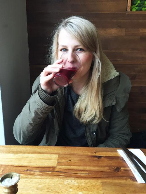 Frau trinkt rote Beete Saft